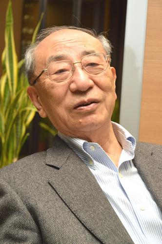 写真:辻真先さん。NHKで制作・演出に携わったのち独立して脚本家に。作家として「迷犬ルパンの名推理」「アリスの国の殺人」など小説も多数