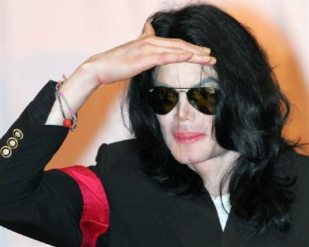 : 10月25日、米フォーブス誌による毎年恒例の故人の長者番付では、米歌手マイケル・ジャクソンさんが大差で1位に。写真は2006年5月、来日したジャクソンさん(2010年 ロイター/Issei Kato)