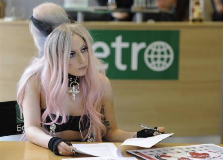 : 5月16日、米人気ポップ歌手レディー・ガガ(25)が、国際的な無料紙ネットワーク「メトロ」のロンドン本社で1日編集長を務めた(2011年 ロイター/Paul Hackett)