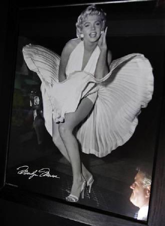 : 5月26日、マリリン・モンローやオードリー・ヘプバーンなど往年の銀幕スターゆかりの品々が、来月一斉にオークションに出されることになった。写真は「七年目の浮気」のモンローの写真。英コベントリーで2009年8月撮影(2011年 ロイター/Darren Staples)