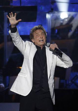 : 6月12日、米ベテラン歌手バリー・マニロウが10年ぶりに新作アルバムを発表し、PRのためにCBSのトーク番組「ザ・トーク」に出演した。ロサンゼルスで2月撮影(2011年 ロイター/Mario Anzuoni)