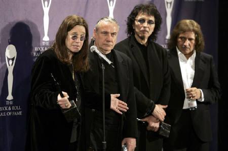 : 8月16日、英ベテランロックバンド「ブラック・サバス」のギタリスト、トニー・アイオミは、再結成のうわさを否定。写真左からオジー・オズボーン、ビル・ワード、アイオミ、ギーザー・バトラー。2006年3月、ニューヨークで行われた「ロックの殿堂」の記念セレモニーで撮影(2011年 ロイター/Brendan McDermid)
