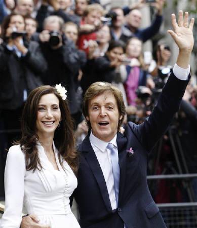 : 10月9日、ポール・マッカートニーさん(右)が、米国人のナンシー・シェベルさんとロンドン市内のオールド・メリルボーン公会堂で結婚式を挙げた(2011年 ロイター/Luke MacGregor)