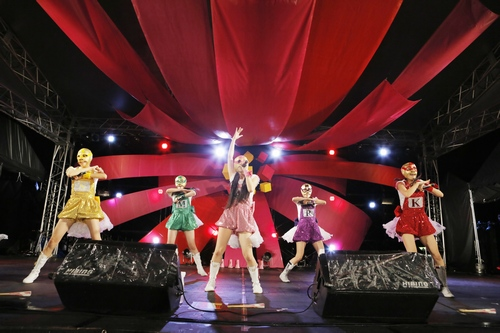 :大阪1日目のフラワーステージ。覆面姿でパフォーマンスするももいろクローバーZ。 Courtesy of SUMMER SONIC 2012 photo by Hajime Kamiiisaka