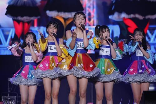 :初のサマソニ参戦で、「全力」でパフォーマンスするももいろクローバーZ。約40分間のステージで力いっぱい歌い、踊った。 Courtesy of SUMMER SONIC 2012 photo by Hajime Kamiiisaka
