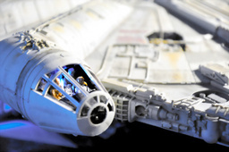 写真:ミレニアム・ファルコン号の模型のコックピットには、主人公のルーク・スカイウォーカーとチューバッカらが乗っている