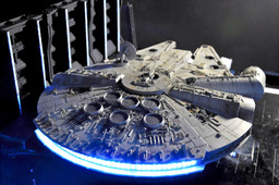 写真:ミレニアム・ファルコン号の模型。エンジン部分には約100個の白色LEDが使われている