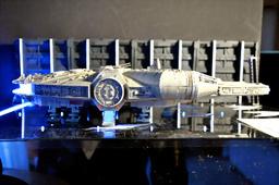 写真:ミレニアム・ファルコン号の模型。搭乗口(手前中央)も内部から白色LEDで照らされている