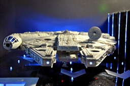 写真:ミレニアム・ファルコン号の模型。ヘッドライト(手前)にも白色LEDが使われている