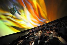 写真:ドーム形のスクリーンに映し出された映画「HAYABUSA」=大阪市北区の市立科学館、森井英二郎撮影