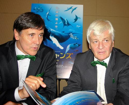 写真:ジャック・クルーゾー監督(左)とジャック・ペラン監督=東京・六本木