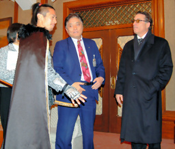 写真:織田信長に扮した男性(左)と対面し、驚くアンディ・ガルシアさん(右)=名古屋市役所