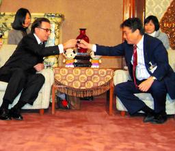 写真:乾杯するアンディ・ガルシアさん(左)と河村たかし市長=18日午後5時1分、名古屋市役所