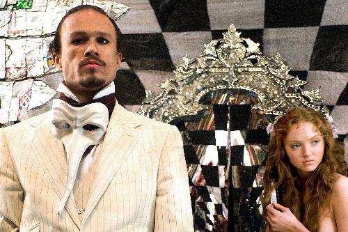 写真:「Dr.パルナサスの鏡」から、トニー(左、ヒース・レジャー)と座長の娘(リリー・コール)