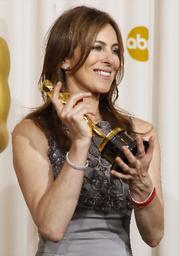 写真:「ハート・ロッカー」で監督賞を受賞し、オスカー像を持つキャスリン・ビグロー監督=ロイター