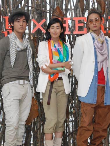 写真:3人ともエルメスのスカーフを身につけて登場。
