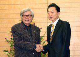 写真:鳩山由紀夫首相(右)と握手する山田洋次監督=19日午後、首相官邸、飯塚悟撮影