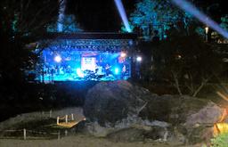 写真:石舞台古墳の前で開かれた世界遺産劇場。「KinKi Kids」の堂本剛さんが熱唱した=14日午後、奈良県明日香村、諫山卓弥撮影