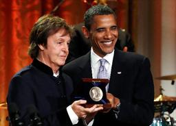 写真:ホワイトハウスで2日、ガーシュイン賞を受けたマッカートニーさん(左)とオバマ大統領=ロイター