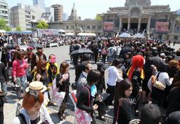 写真:hideさんの法要に集まった大勢のファン=2日午前、東京都中央区、西畑志朗撮影