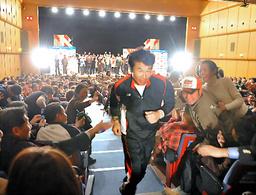 写真:観客に見送られ、アースマラソンに出発した時の間寛平さん=2008年12月17日、大阪市中央区のなんばグランド花月