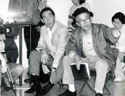 写真:テレビの人気番組「はぐれ刑事」に出演中の藤田まことさん(左)=1992年4月
