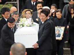 写真:弔問客らに見守られる藤田まことさんのひつぎ=19日午後、大阪府豊中市、筋野健太撮影