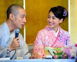 写真:婚約会見をする市川海老蔵さん(左)と小林麻央さん=29日、東京都港区、福留庸友撮影