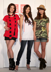 写真:それぞれ自分でデザインしたTシャツを披露する能世あんな、香里奈、えれな(左から)の三姉妹