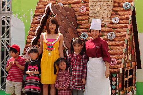 写真:お菓子の家をプロデュースした横井淳子シェフ(右端)らとフォトセッション