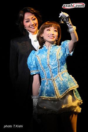 写真:宝塚バウホール公演「メイちゃんの執事−私の命に代えてお守りします−」より=撮影・岸隆子