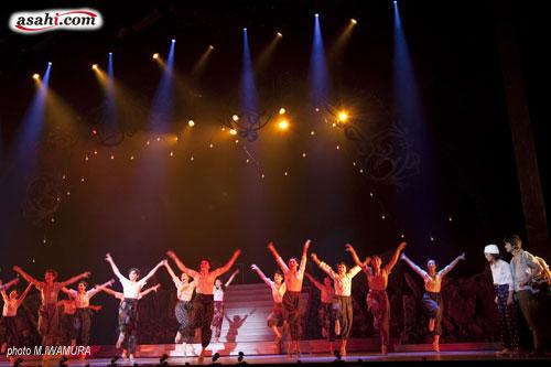 写真:「愛と青春の宝塚」東京公演より=撮影・岩村美佳