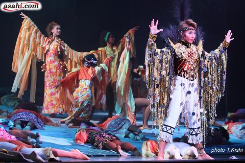 写真:宝塚大劇場公演「ノバ・ボサ・ノバ」「めぐり会いは再び」より=撮影・岸隆子