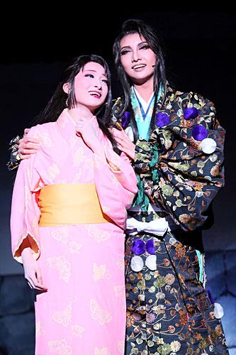 写真:宝塚大劇場公演「美しき生涯」「ルナロッサ」より=撮影・岸隆子