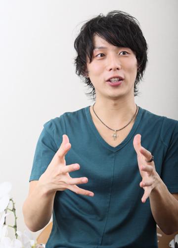 写真:インタビューに答えるJONTE=撮影・岸隆子