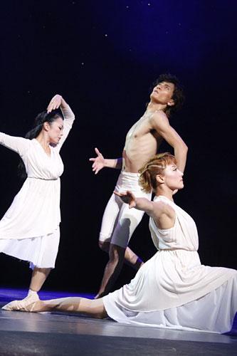 写真:「BOYZ BALLET FANTASY 2011 Loving SWAN LAKE」公演より=撮影・平賀正明
