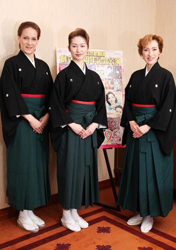 写真:桐生麻耶さん(左)、桜花昇ぼるさん(中)、高世麻央さん=撮影・小林勝彦