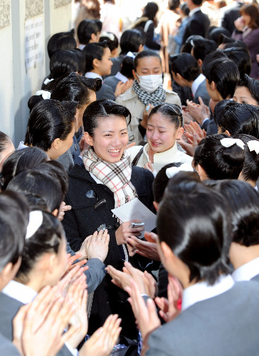 写真:宝塚音楽学校に合格し、在校生に祝福される受験生ら=29日午前、兵庫県宝塚市、諫山卓弥撮影