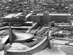 写真:建設初期のNHK放送センター。手前は五輪会場となった国立代々木競技場