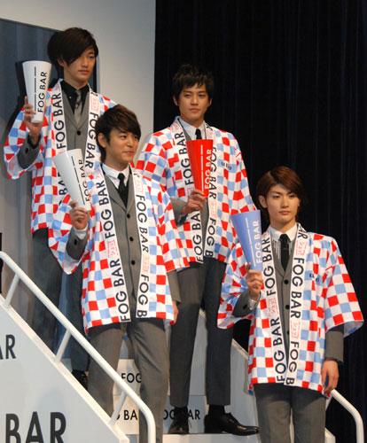 写真:ビートルズ風のはっぴ姿でタラップに立つ4人:ビートルズ風のはっぴ姿でタラップに立つ4人