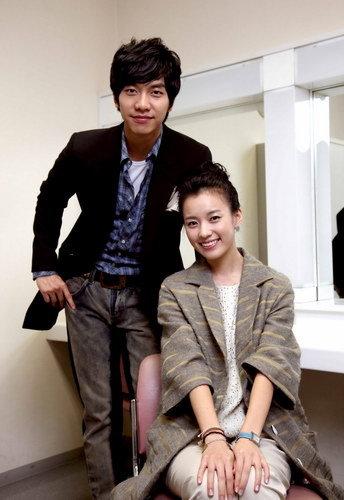 写真:ドラマ「華麗なる遺産」で共演したイ・スンギとハン・ヒョジュ(右)