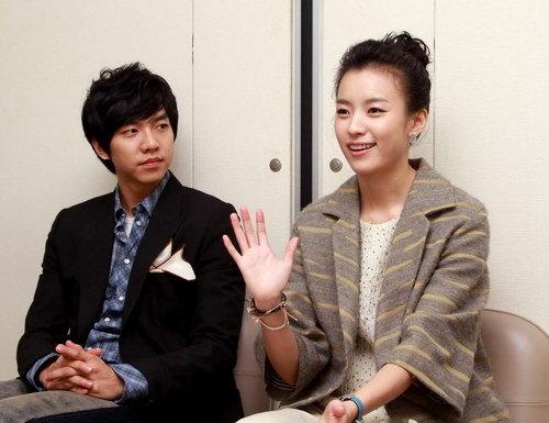 写真:インタビューに答えるハン・ヒョジュとイ・スンギ(左)