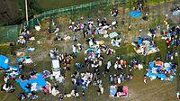 広場に避難した人たち=16日午前6時32分、熊本県南阿蘇村、朝日新聞社ヘリから、高橋雄大撮影