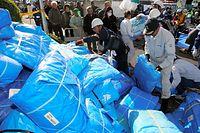 雨に備えて、支援物資のブルーシートを受け取る人たち=16日午前7時55分、熊本県益城町、小宮路勝撮影