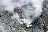 小規模な噴火が確認された阿蘇山の火口=16日午前10時30分、朝日新聞社ヘリから、高橋雄大撮影