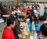 熊本市西区の「コープ春日」では、16日未明の地震で店内の天井が落ちた。開店できず、店頭で水2リットルと菓子パンを無料配布したり、カップ麺やバナナなどを格安で売ったりし、長い行列ができていた。磯本隆之店
