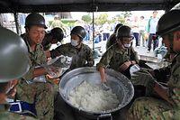 炊き出しのおにぎりを準備する自衛隊員ら=16日午後3時33分、熊本県益城町、内田光撮影