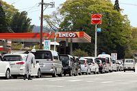 ガソリンスタンドの前に並んだ給油を待つ車両=16日午後3時42分、熊本県阿蘇市、遠藤啓生撮影