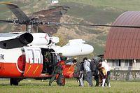 東海大学阿蘇キャンパスから自衛隊のヘリコプターで避難する学生たち=16日午後5時11分、熊本県南阿蘇村、遠藤啓生撮影