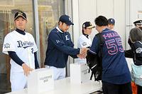 試合前に募金活動を行う(左から)オリックス・西、西武・菊池、オリックス・西野ら=神戸市、遠田寛生撮影